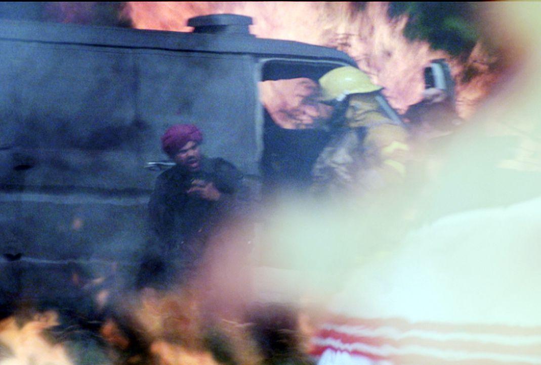 Um im Schutz eines Waldbrandes einen Geldtransporter in aller Ruhe ausrauben zu können, legen Feuerwehrmann Jonas und sein Freund George einen Bran... - Bildquelle: New Concorde