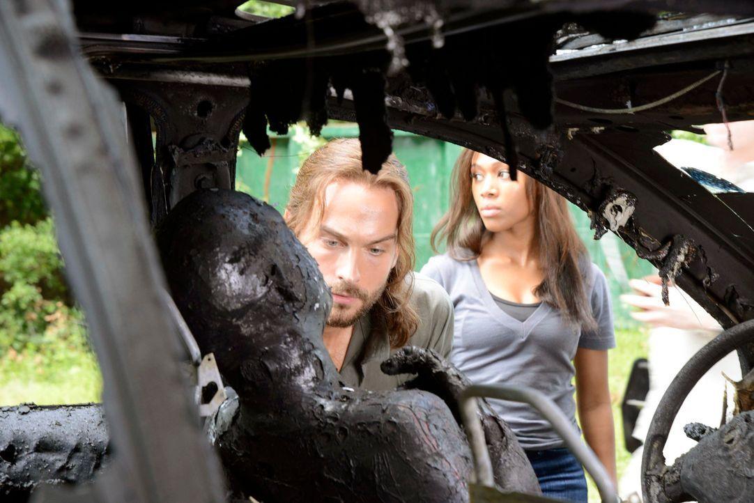 Müssen feststellen, dass die böse Hexe bereits zugeschlagen hat: Ichabod (Tom Mison, l.) und Abbie (Nicole Beharie, r.) ... - Bildquelle: 2013 Twentieth Century Fox Film Corporation. All rights reserved.
