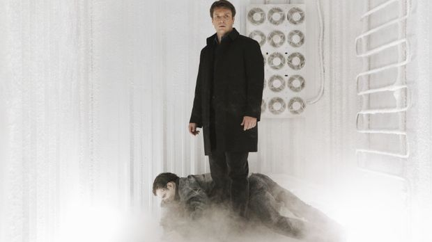 Von den Terroristen wird Richard Castle (Nathan Fillion, r.) in einen Kühllas...