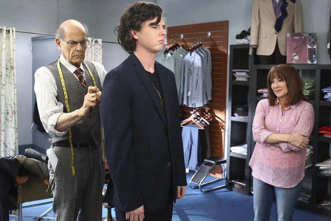 Wird der etwas gewöhnungsbedürftige Mort (Alan Rachins, l.) tatsächlich den passenden Anzug für Axl (Charlie McDermott, M.) finden oder muss Frankie... - Bildquelle: Warner Bros.