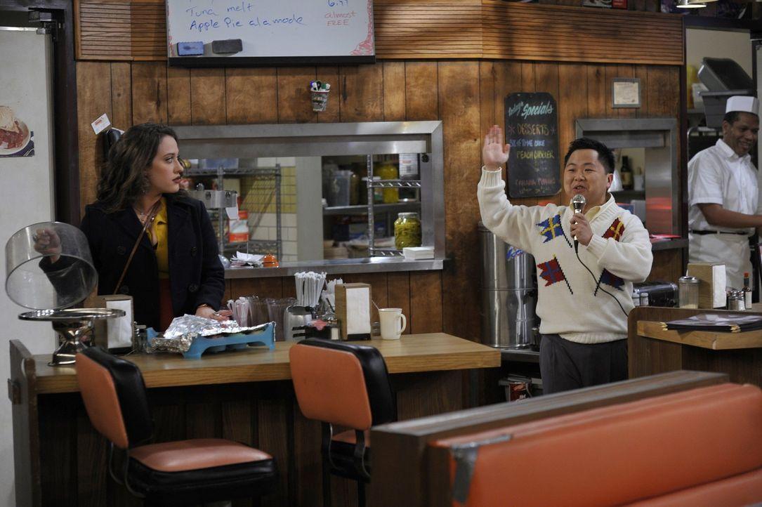 Die gewiefte Kellnerin Max (Kat Dennings, l.), die sonst für jeden Spaß zu haben ist, hat für die Karaoke-Leidenschaft ihres exzentrischen Chefs... - Bildquelle: Warner Brothers