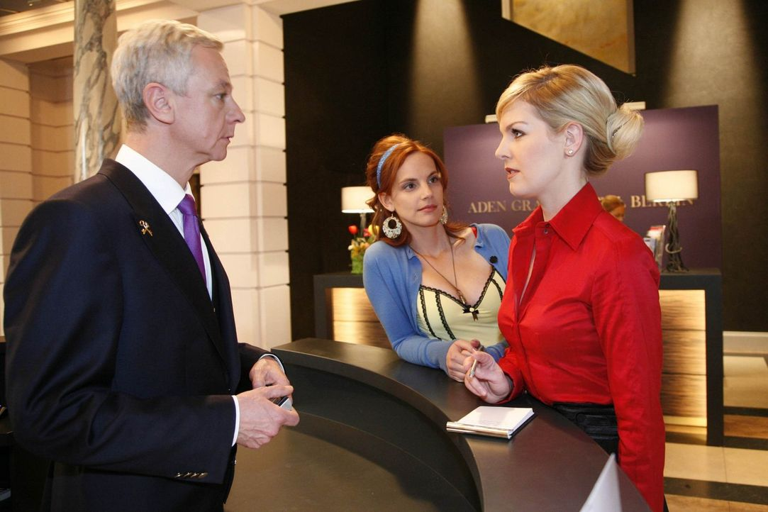 Manu (Marie Zielcke, M.) muss erkennen, dass Alexandra (Ivonne Schönherr, r.) keinerlei Interesse an einem klärenden Gespräch hat .. - Bildquelle: SAT.1