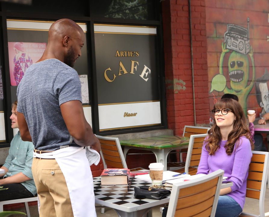 Um ihren Freund eifersüchtig zu machen, trifft sich Jess (Zooey Deschanel, r.) mit dem attraktiven Kellner Artie (Taye Diggs, l.) ... - Bildquelle: TM &   2013 Fox and its related entities. All rights reserved.