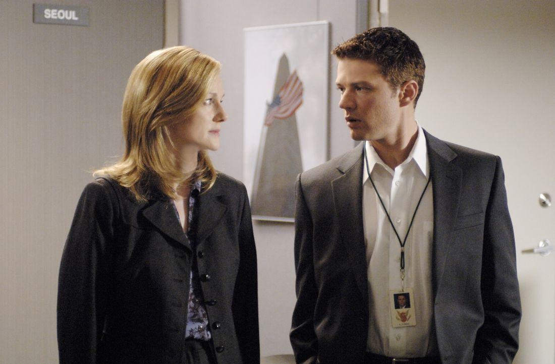 Für FBI-Anwärter Eric O'Neill (Ryan Phillippe, r.) geht ein Traum in Erfüllung, als ihn seine Vorgesetzte Kate Burroughs (Laura Linney, l.) für... - Bildquelle: Universal Pictures