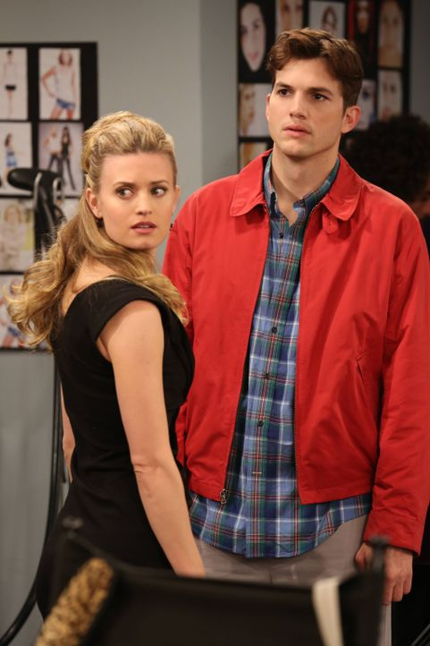 Walden (Ashton Kutcher, r.) will Kate (Brooke D'Orsay, l.) endlich die Wahrheit über sich erzählen, doch wie wird seine Freundin darauf reagieren? - Bildquelle: Warner Bros. Television