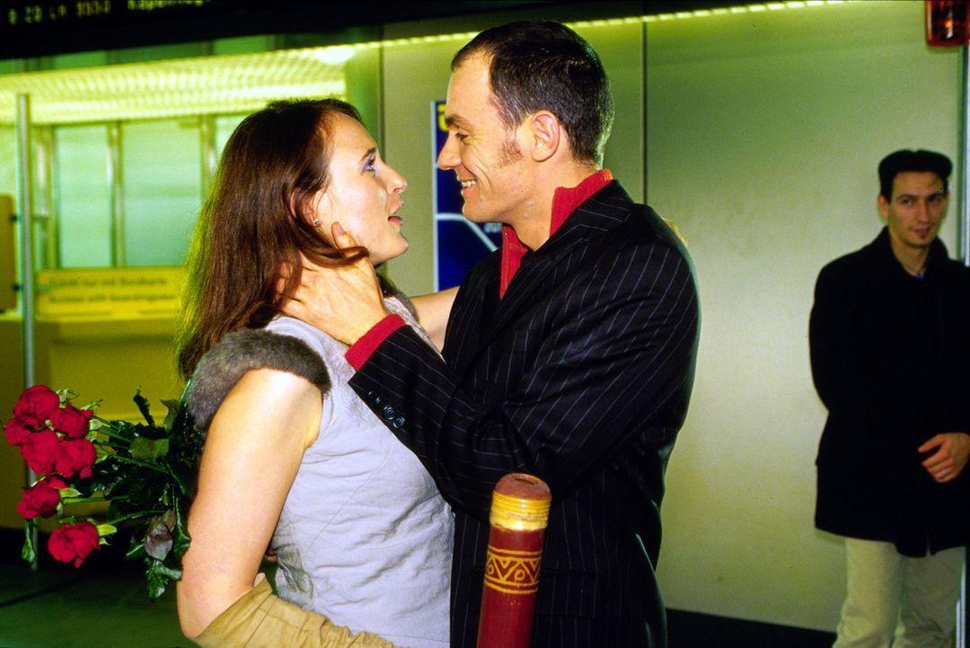 Überglücklich nimmt Arno Siegl (Anian Zollner, r.) seine Frau Nadja (Deborah Kaufmann, l.) in die Arme, als er von ihr erfährt, dass sie schwanger i... - Bildquelle: Claudius Pflug Sat.1