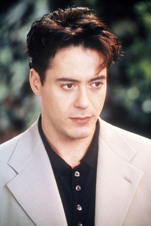 Um die Frau seines Lebens für sich zu gewinnen, stellt sich Peter (Robert Downey jr.) unter einem falschen Namen vor. Dabei entstehen tragische Ver... - Bildquelle: CPT Holdings, Inc.