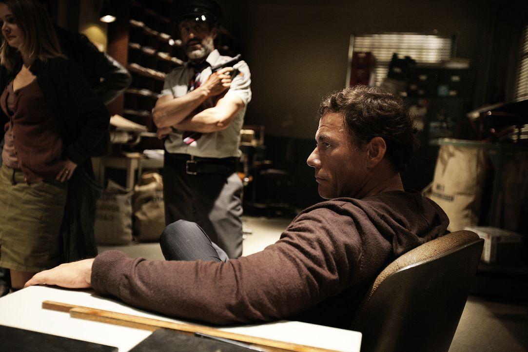 Eigentlich wollte der belgische Filmstar J.C.V.D. (Jean-Claude Van Damme, r.) lediglich Geld abheben, doch dann gerät er mitten in einen Banküberfal... - Bildquelle: 2008 Samsa Film & Gaumont. All Rights Reserved.