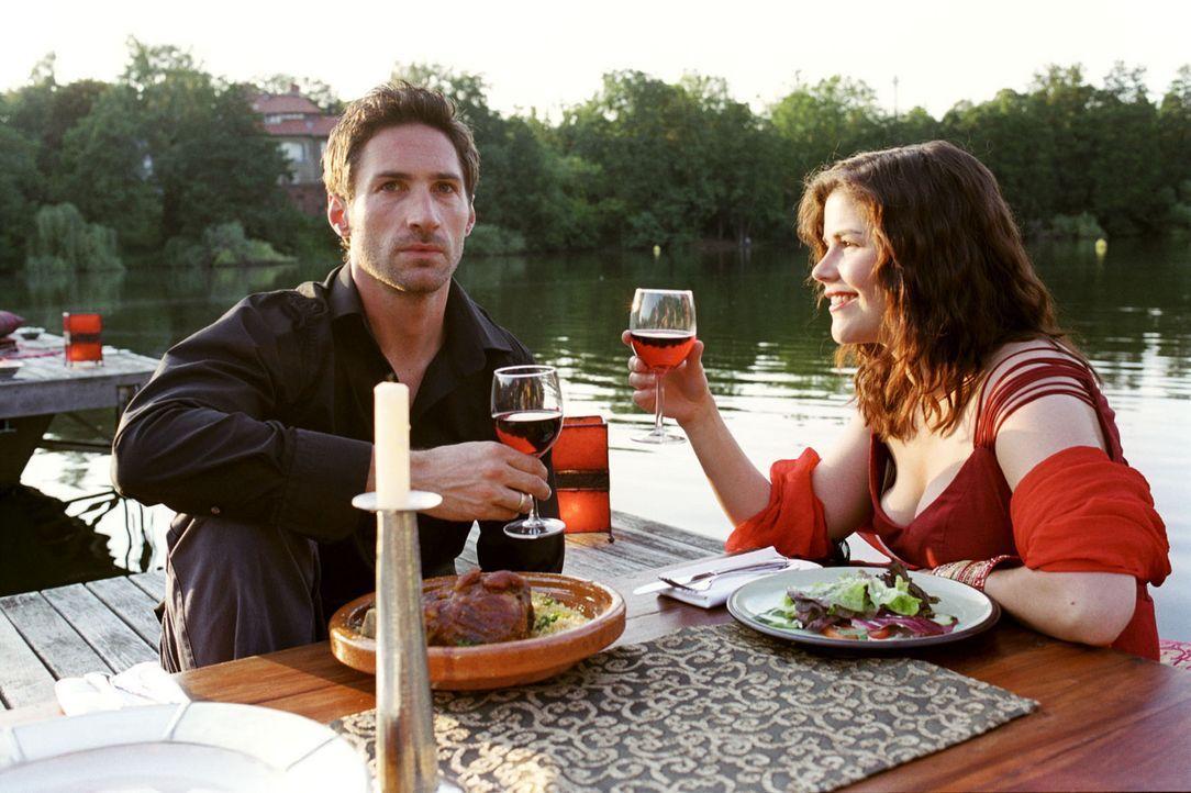 Pia (Katharina Wackernagel, r.) gibt sich bei einem romantischen Essen alle Mühe, den vom Eisprung-Timing gestressten Uli (Benjamin Sadler, l.) bei... - Bildquelle: Sat.1