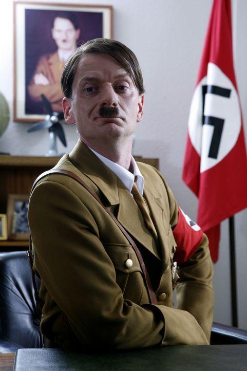 """Ge-Switcht: Hitler (Michael Kessler) zieht in """"Switch Reloaded"""" in Strombergs Büro ein ... - Bildquelle: Kai Schulz ProSieben"""