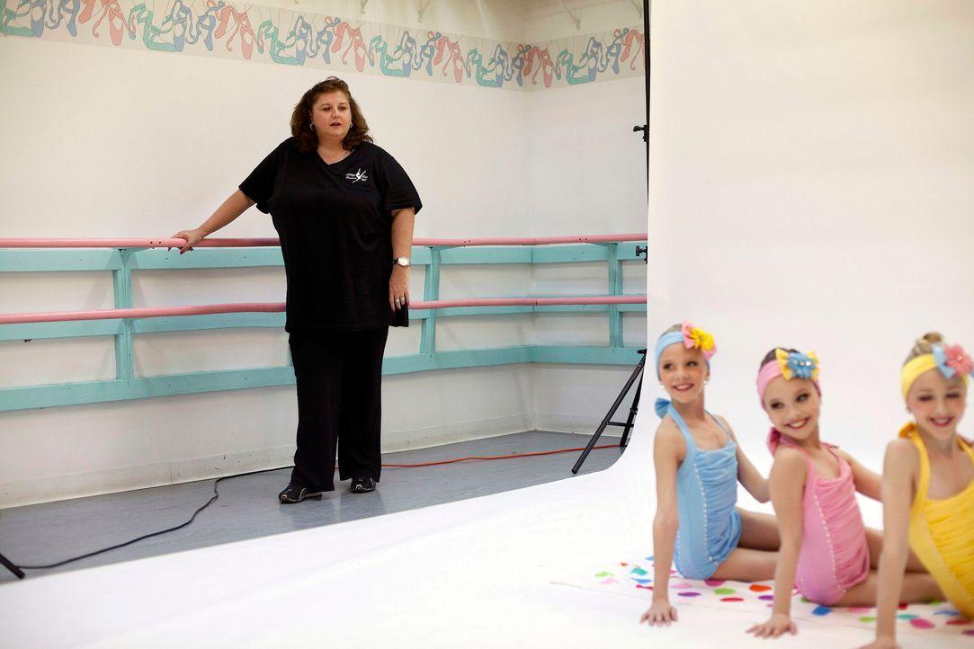 Tanzlehrerin Abby Lee Miller trimmt ihre Mädchen, denn die alljährliche Abby Lee Dance Company Show steht kurz bevor ... - Bildquelle: 2011 A&E Television Networks, LLC. All rights reserved.