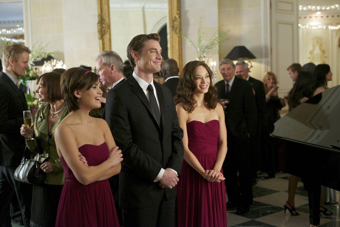 Evan (Max Brown, M.) fühlt sich sichtlich wohl als der Hahn im Korb zwischen Heather (Nicole Gale Anderson, l.) und Cat (Kristin Kreuk, r.) ... - Bildquelle: 2012 The CW Network, LLC. All rights reserved.