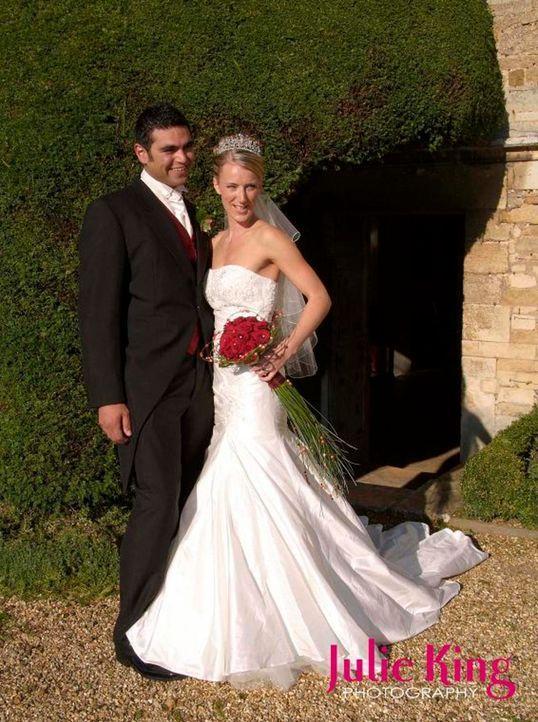 """Naomi (r.) und Vu (l.) sind seit einem Jahr verlobt. Für eine große Hochzeitsfeier fehlt jedoch das Geld. Sie lassen sich daher auf den """"Trau Dich""""-... - Bildquelle: Renegade Pictures Ltd"""