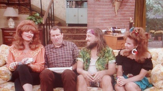 (v.l.n.r.) Peggy (Katey Sagal) und Al (Ed O'Neill) haben Besuch von Peggys Ve...