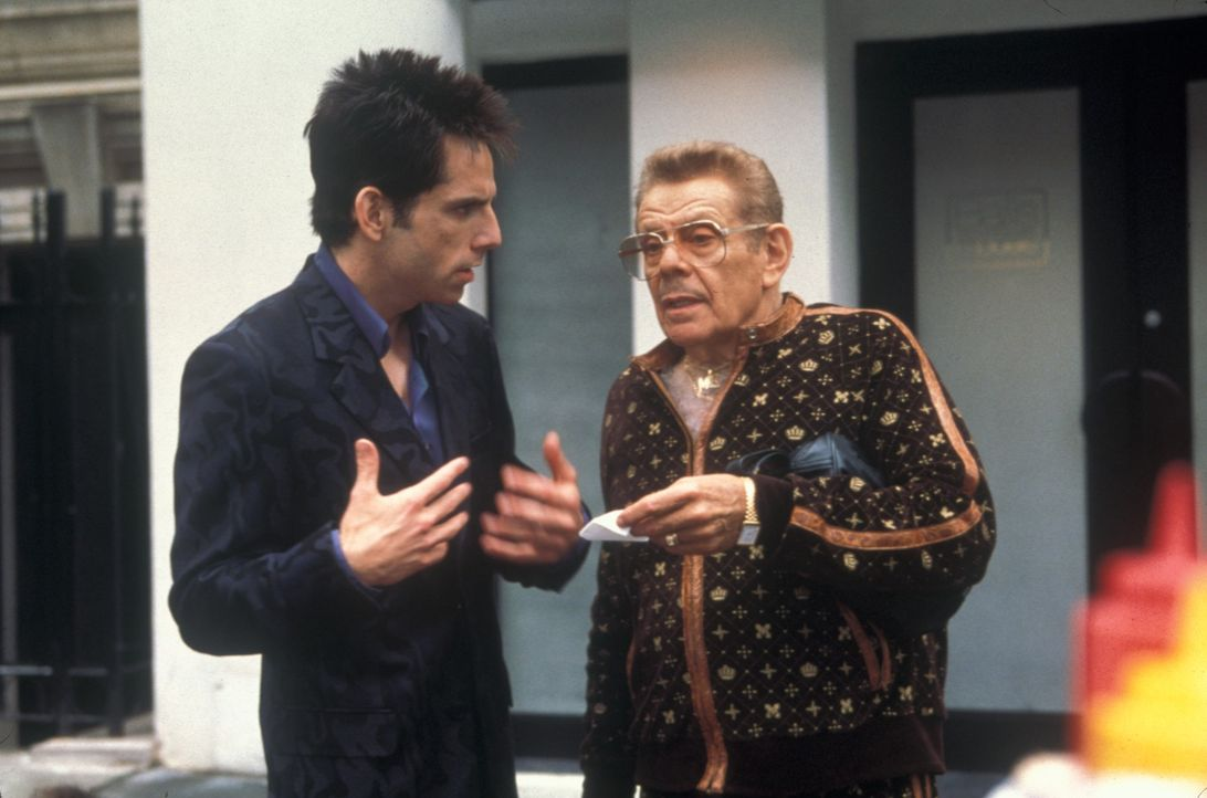 "Als Zoolander (Ben Stiller, l.) der Titel des ""Male Model of the Year"" weggeschnappt wird, planen sein Manager (Jerry Stiller, r.) und der Modemache... - Bildquelle: Melinda Sue Gordon TM &  2001 by Paramount Pictures. All Rights Reserved."