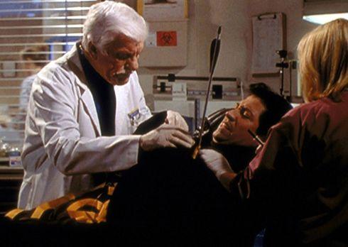 Diagnose: Mord - Mark (Dick Van Dyke, l.) und eine Assistentin operieren den...