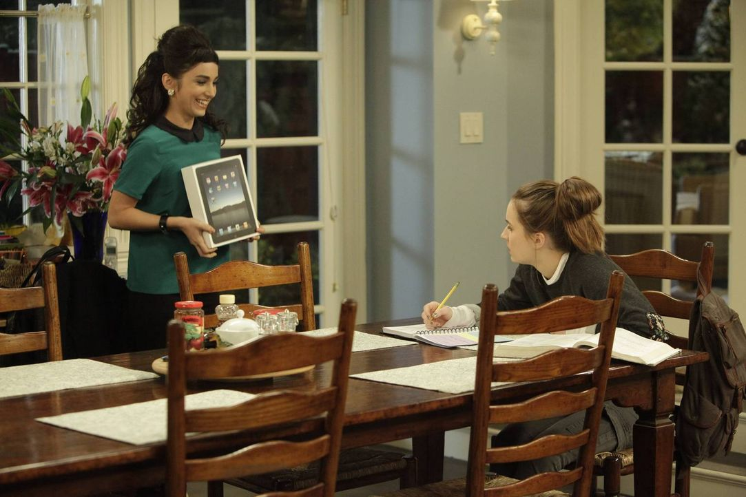 Mandy (Molly Ephraim, l.) heimst die Belohnung ein, die eigentlich Eve (Kaitlyn Dever, r.) verdient hätte ... - Bildquelle: 2013-2014 Twentieth Century Fox Film Corporation. All rights reserved.