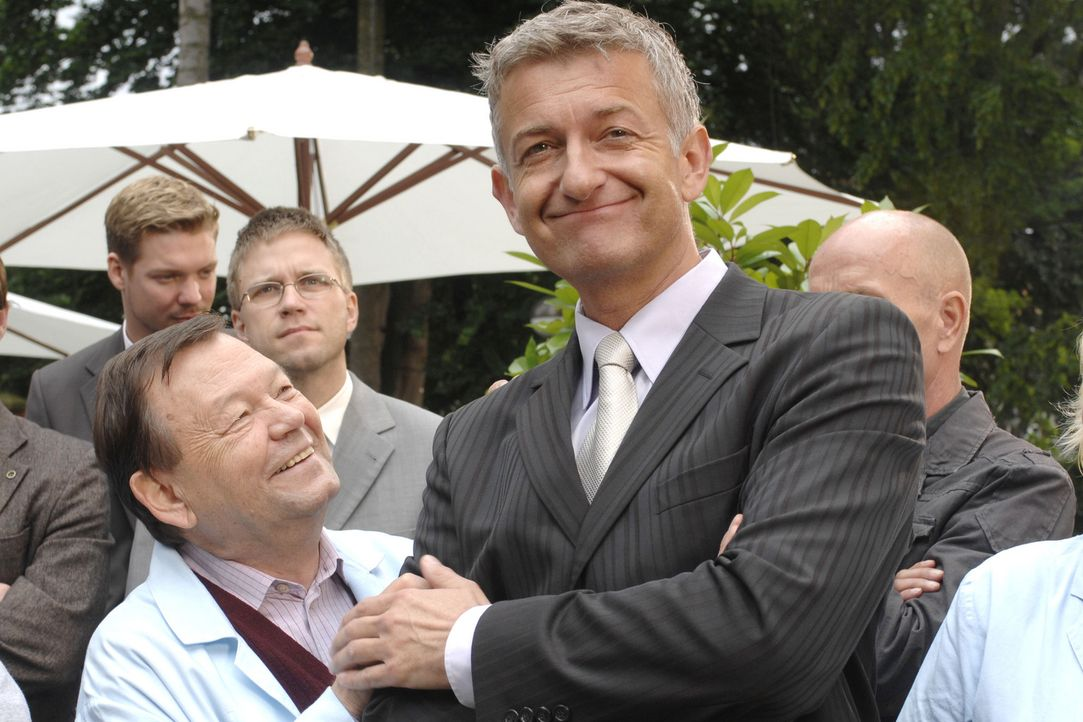 Pit (Dominic Raacke, r.) sieht sich schon als Nachfolger des scheidenden Geschäftsführers und erhält die Glückwünsche von Georg Bratzke (Ernst-... - Bildquelle: Sat.1