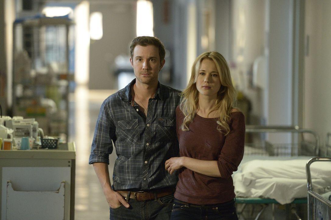 Bei ihrem Versuch, Aidan umzubringen, wird Erin schwer verletzt. Josh (Sam Huntington, l.) und Nora (Kristen Hager, r.) machen sich große Sorgen um... - Bildquelle: Phillipe Bosse 2013 B.H. 2 Productions (Muse) Inc. ALL RIGHTS RESERVED.