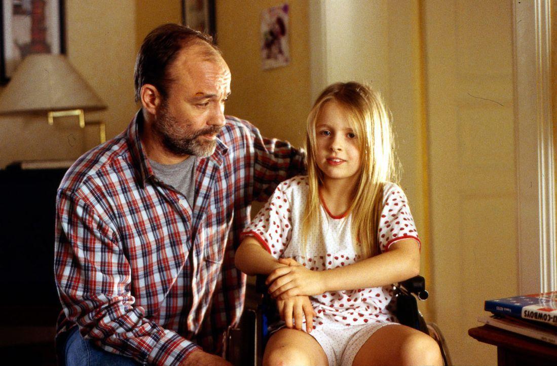 Sasna (Franziska Bolik, r.), die Tochter des LKW-Fahrers Oskar Kunze (Heiner Lauterbach, l.) könnte wieder laufen, wenn sie in den USA operiert werd... - Bildquelle: Kiermeir SAT.1