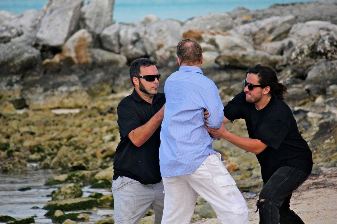 Tiburon ist ein geisteskranker Superreicher, der von seinen Schergen Menschen wie Holt (Bart Baggett, M.) entführen und auf eine einsame Insel versc... - Bildquelle: 2012, THE INSTITUTION, LLC. All Rights Reserved.