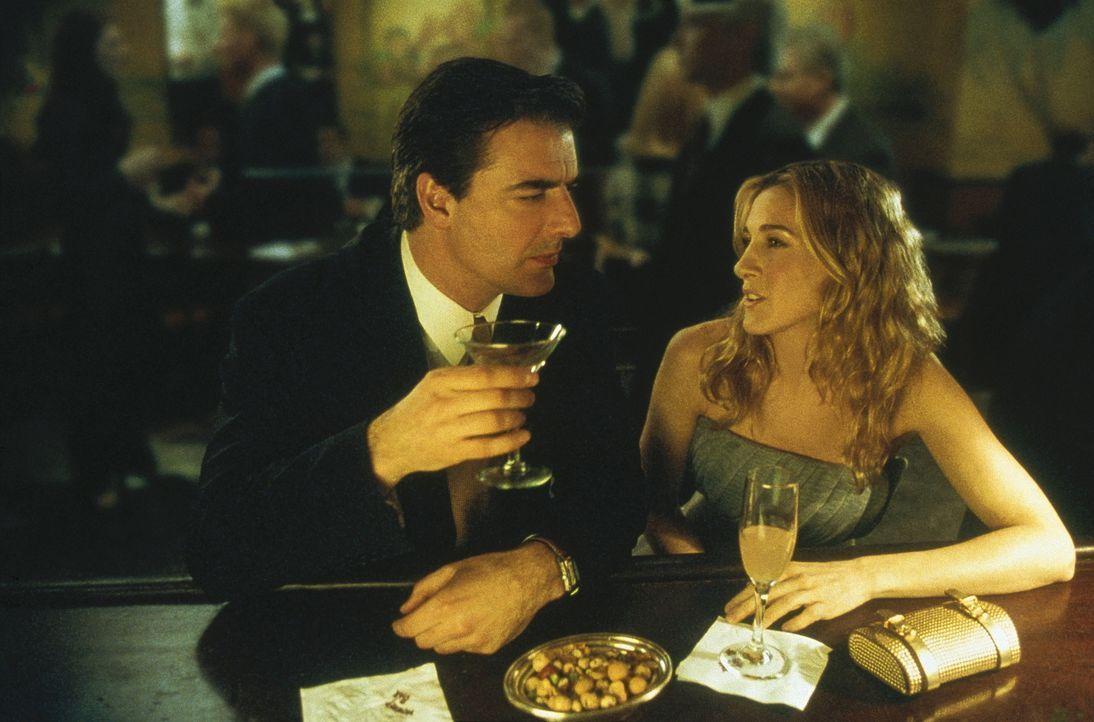Carrie (Sarah Jessica Parker, r.) hat mit Big (Chris Noth, l.) ein lockeres, freundschaftliches Verhältnis, das von ihren Freundinnen mit Misstraue... - Bildquelle: Paramount Pictures