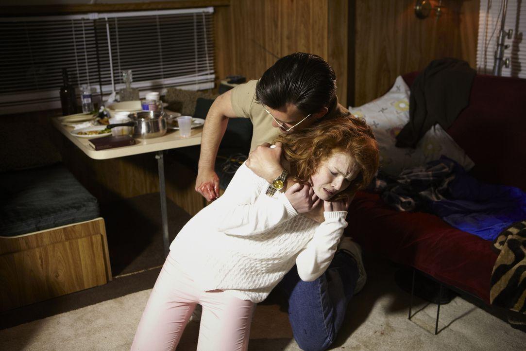 In Tampa, Florida treibt Serienkiller Oscar Rae Bolin (Patrick McFadden, hinten) sein Unwesen. Er vergewaltigt und tötet Frauen kaltblütig. Doch wir... - Bildquelle: Ian Watson Cineflix 2013