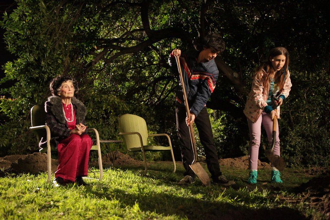 Als Tante Edie (Jeanette Miller, l.) Axl (Charlie McDermott, M.) und Sue (Eden Sher, r.) anvertraut, dass sie irgendwo eine Zeitkapsel vergraben hat... - Bildquelle: Warner Brothers
