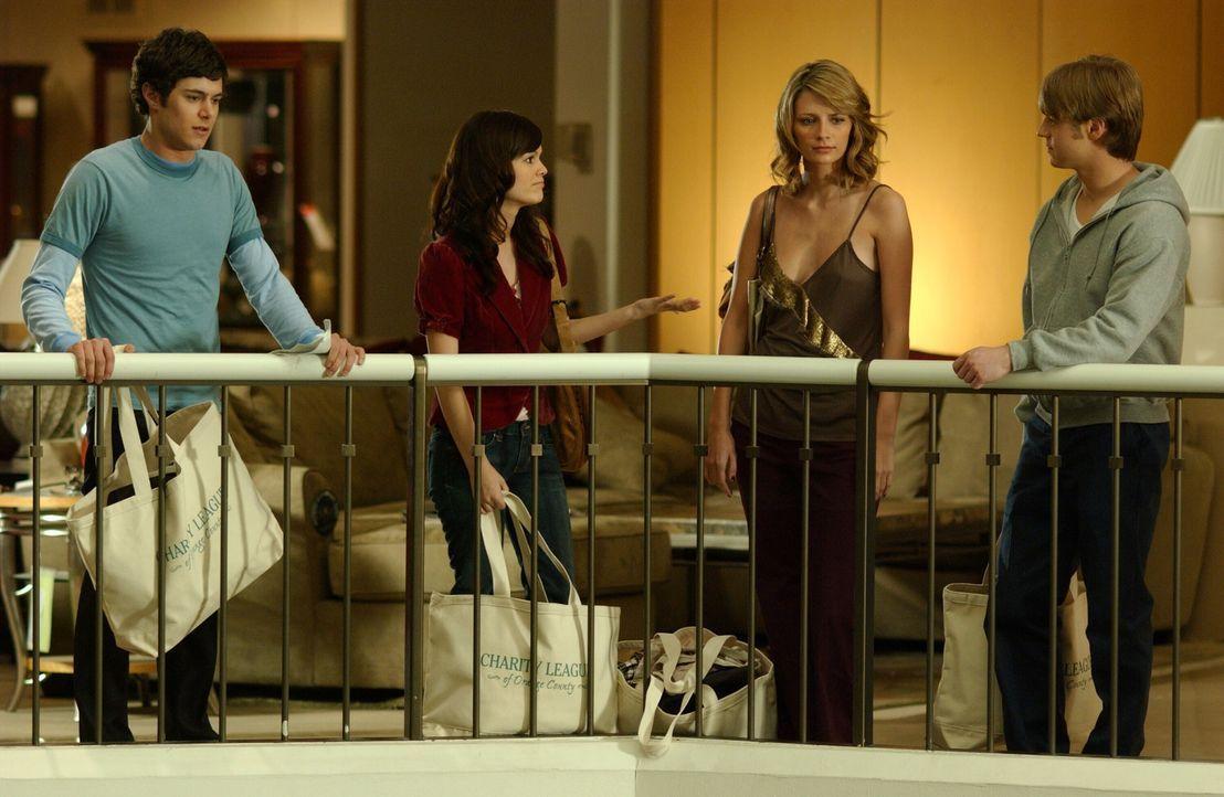Versehentlich werden Seth (Adam Brody, l.), Summer (Rachel Bilson, 2.v.l.), Ryan (Benjamin McKenzie, r.) und Marissa (Mischa Barton, 2.v.r.) in der... - Bildquelle: Warner Bros. Television