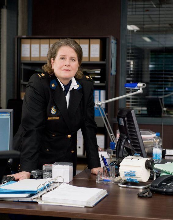 Die erfahrene Polizistin Frieda Mechels (Ria Eimers) unterstützt das ungewöhnliche Team ... - Bildquelle: Warner Brothers