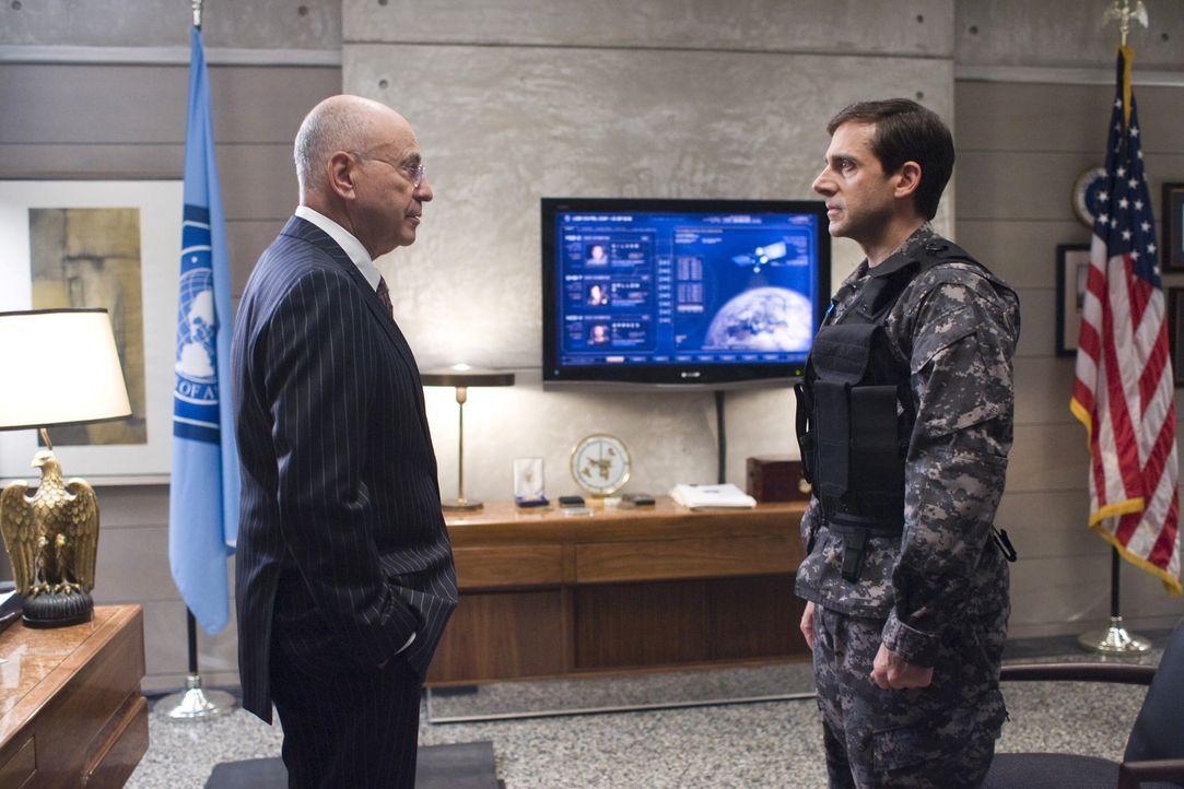 Als alle seine Agenten enttarnt werden, muss der CONTROL-Chef (Alan Arkin, l.) seinen besten  Analytiker Smart (Steve Carell, r.) doch noch in den A... - Bildquelle: Warner Brothers