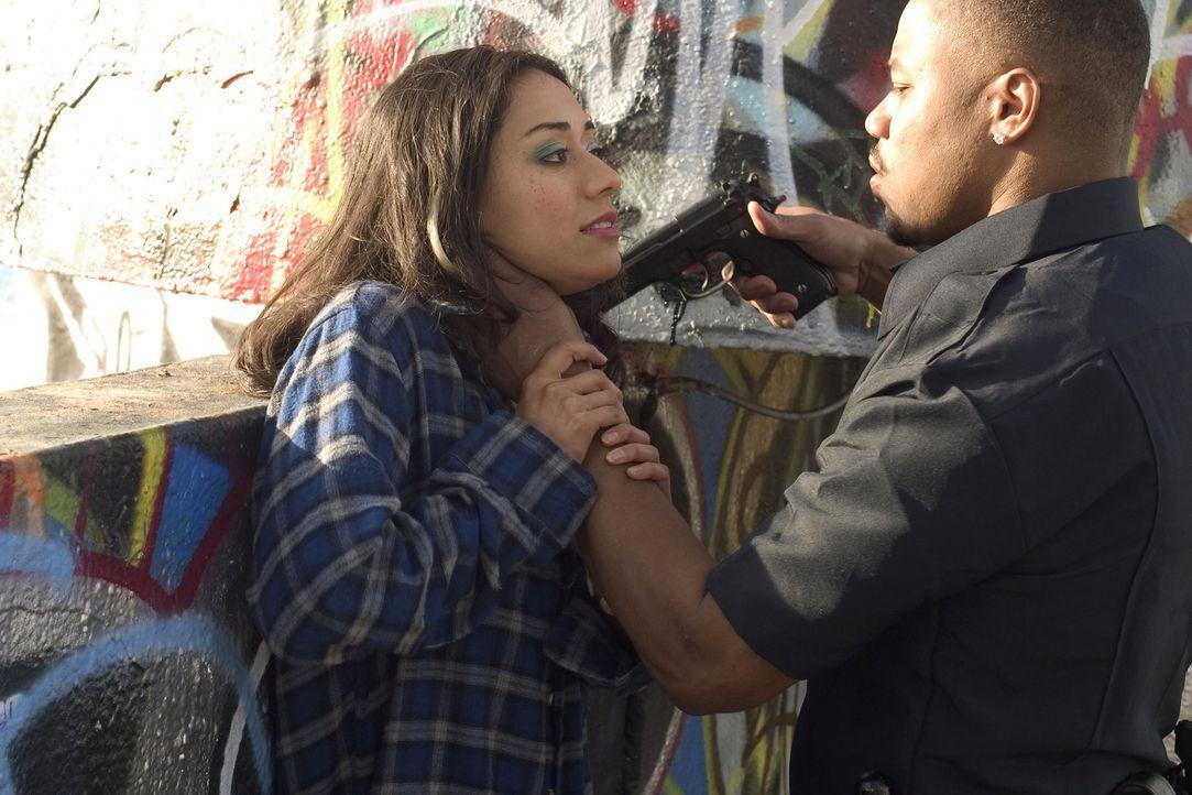 Arme Rita (Aimee Garcia, l.)! Sie ist dem Bad Lieutenant Salim Adel (Cuba Gooding Jr., r.) ausgeliefert, der eine ziemlich eigenartige Vorstellung v... - Bildquelle: Sony Pictures Television International. All Rights Reserved.