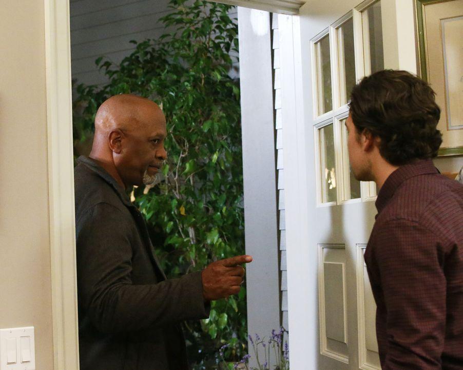 Webber (James Pickens Jr., l.) ahnt nicht, dass Andrew (Giacomo Gianniotti, r.) mit seiner Tochter Maggie eine geheime Affäre hat ... - Bildquelle: Michael Hassan ABC Studios