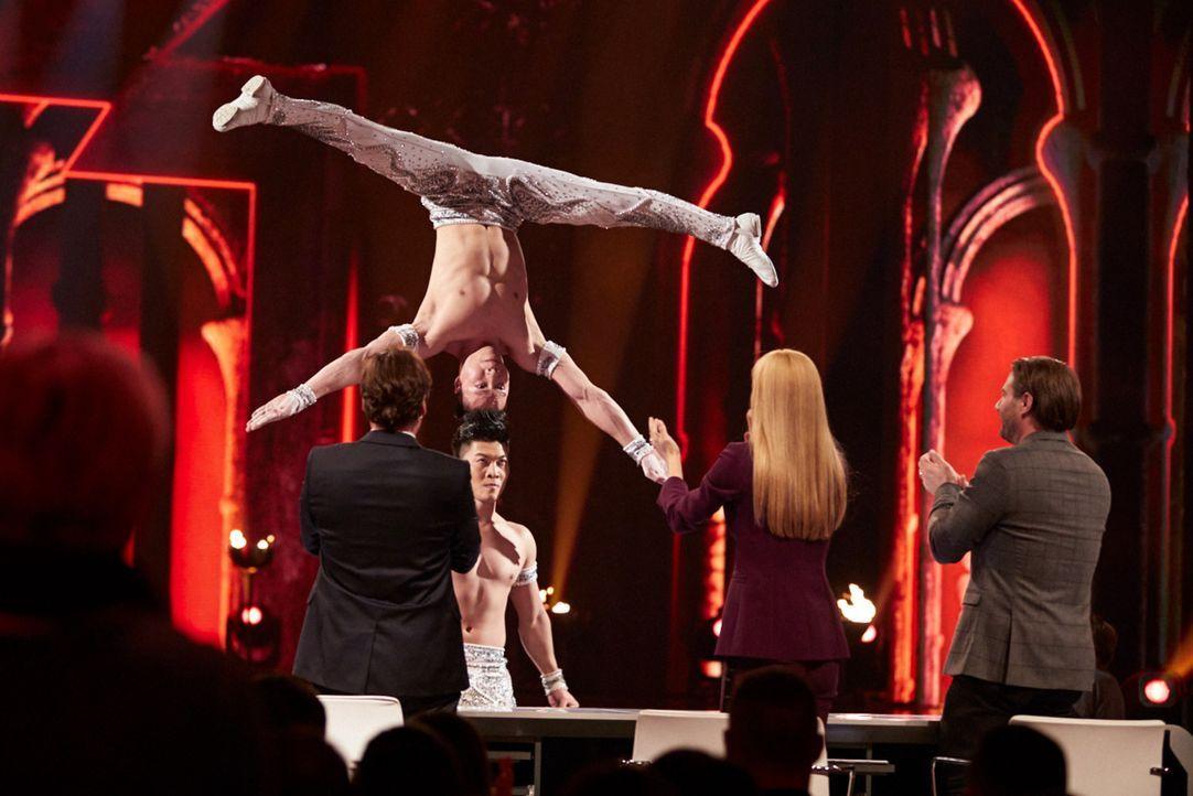 Michelle Hunziker (vorne M.), Michael Bully Herbig (vorne l.) und Sasha (vorne r.) sind von den beiden Künstlern begeistert. Doch reicht der Auftrit... - Bildquelle: Stefan Hobmaier SAT.1