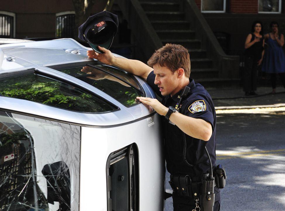 Jamie (Will Estes) beobachtet einen Unfall und will helfen. Kann er die Insassen des Wagens retten? - Bildquelle: 2013 CBS Broadcasting Inc. All Rights Reserved.
