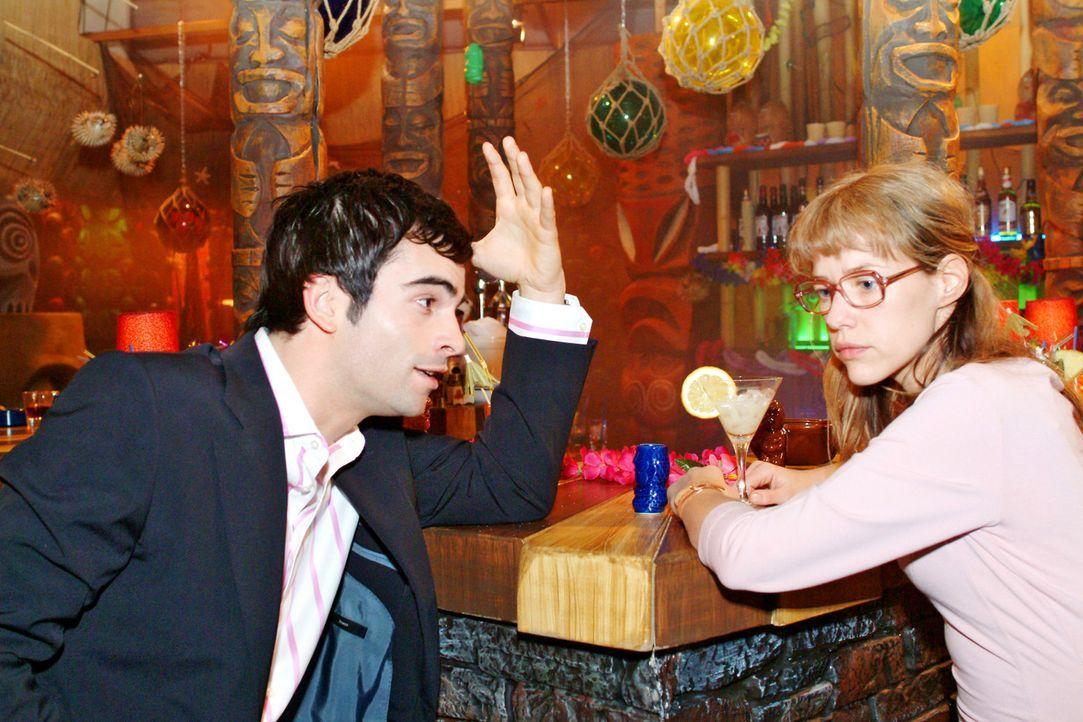 Zum Dank für Lisas Loyalität lädt David (Mathis Künzler, l.) Lisa (Alexandra Neldel, r.) in die Tiki Bar ein. Doch statt der von Lisa erhofften... - Bildquelle: Sat.1