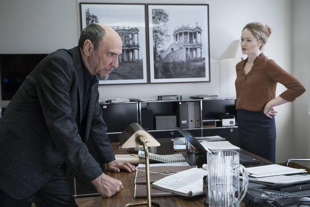 Nach dem Tod von General Youssef versucht Dar Adal (F. Murray Abraham, l.) herauszufinden, wer die Pläne der CIA durchkreuzt hat. Und als Saul in Ve... - Bildquelle: Stephan Rabold 2015 Showtime Networks, Inc., a CBS Company. All rights reserved.