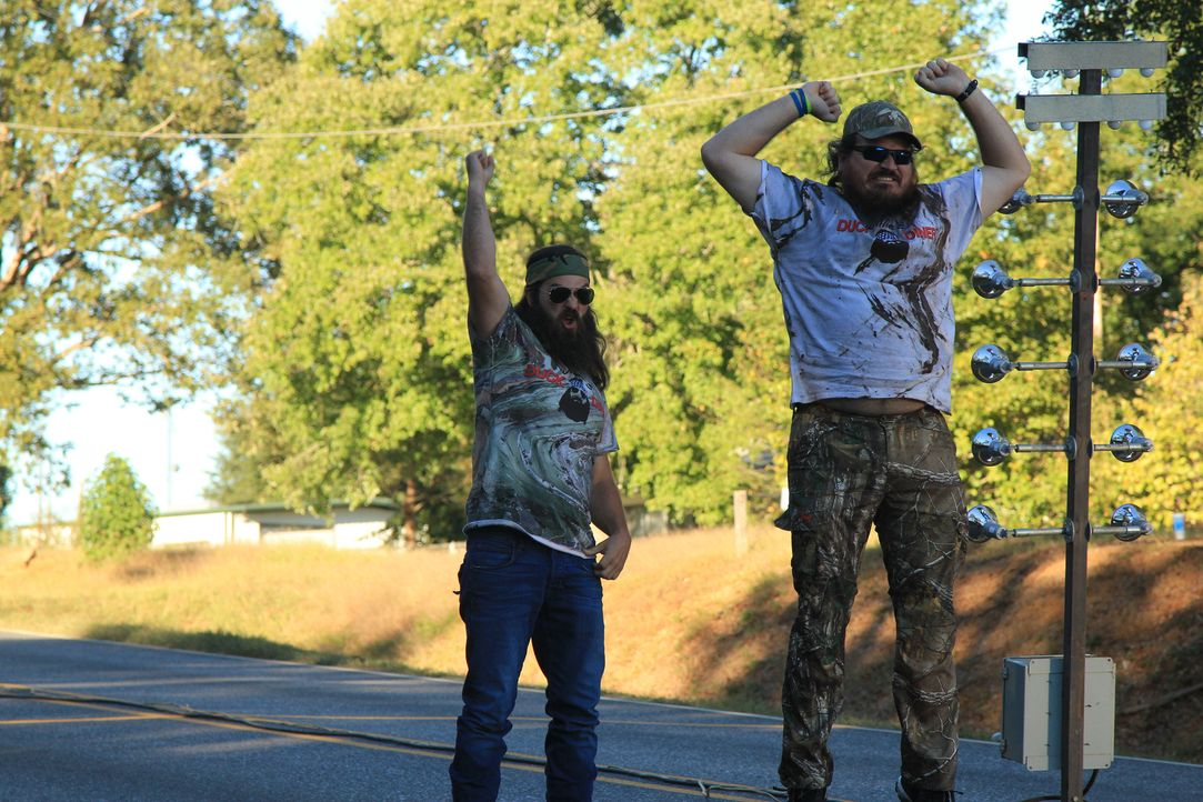 Ein Riesenspaß für das Robertson-Team (Jep Robertson, l. und Justin Martin, r.): Sie dürfen beim Klohäuschen-Rennen kostenlos starten, weil Willie m... - Bildquelle: 2013 A+E Networks