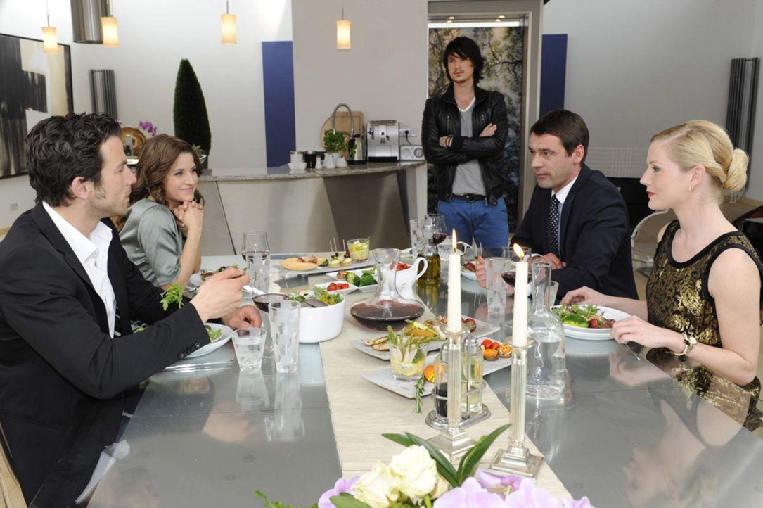 Beim gemeinsamen Abendessen mit Helena und Stefan in dessen Villa beginnt für Michael - dank Helenas gnadenloser Sticheleien - ein emotionaler Spie... - Bildquelle: SAT.1