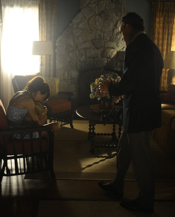 Als Thomas (Richard Burgi, r.) seine Tochter Trish (Katie Cassidy, l.) in Tränen aufgelöst vorfindet, ahnt er nicht, dass er der Auslöser des Tr - Bildquelle: 2009 CBS Studios Inc. All Rights Reserved.