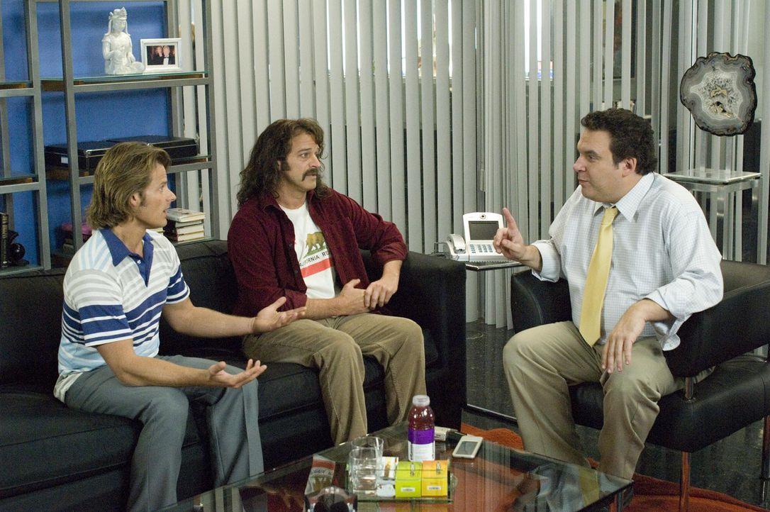"""""""Strange Wilderness""""-Moderator Peter Gaulke (Steve Zahn, l.) und sein Partner Fred Wolf (Allen Covert, M.) versuchen Senderchef Ed Lawson (Jeff Garl... - Bildquelle: Paramount Pictures"""