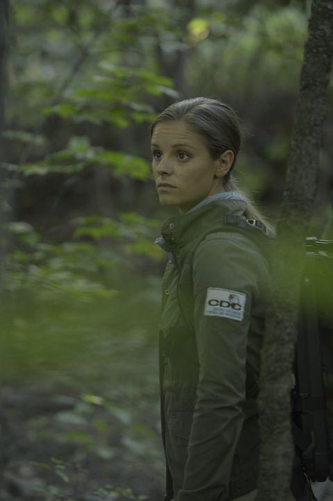Was werden Sarah (Jordan Hayes) und ihr Team auf der mysteriösen Insel finden, von der die einzige Überlebende auf einem Schiff voller Toter bericht... - Bildquelle: Philippe Bosse 2014 Sony Pictures Television Inc. All Rights Reserved./Syfy