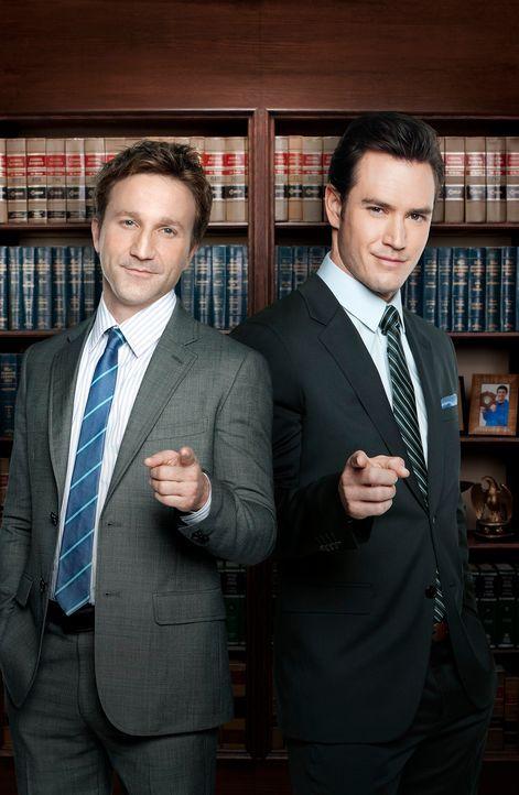(1. Staffel) - Zwei ganz besondere Anwälte: Peter Bash (Mark-Paul Gosselaar, r.) und Jared Franklin (Breckin Meyer, l.) ... - Bildquelle: 2011 Sony Pictures Television Inc. All Rights Reserved.