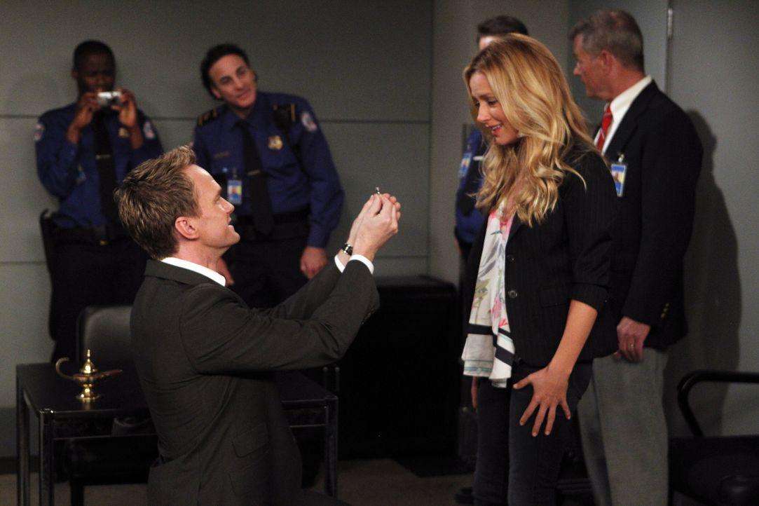 Barney (Neil Patrick Harris, l.) hat eine ganz besondere Überraschung für Quinn (Becki Newton, vorne r.) ... - Bildquelle: 20th Century Fox International Television