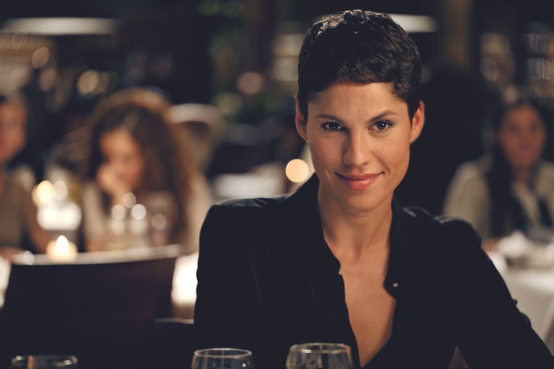 Katharina (Jasmin Gerat) hadert mit ihrer neuen Rolle als Hausfrau und Mutter für Baby Louis. Da Henry keine Verantwortung übernehmen will und auch... - Bildquelle: 2013   Warner Bros.