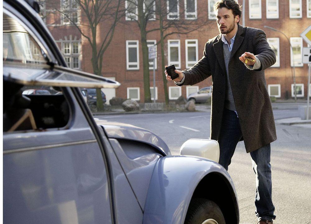 Ein kleiner unachtsamer Moment und schon wird Tom Harder (Stephan Luca) von einem Auto erfasst. Er landet mit einer schweren Kopfverletzung im Krank... - Bildquelle: Dirk Dunkelberg Sat.1