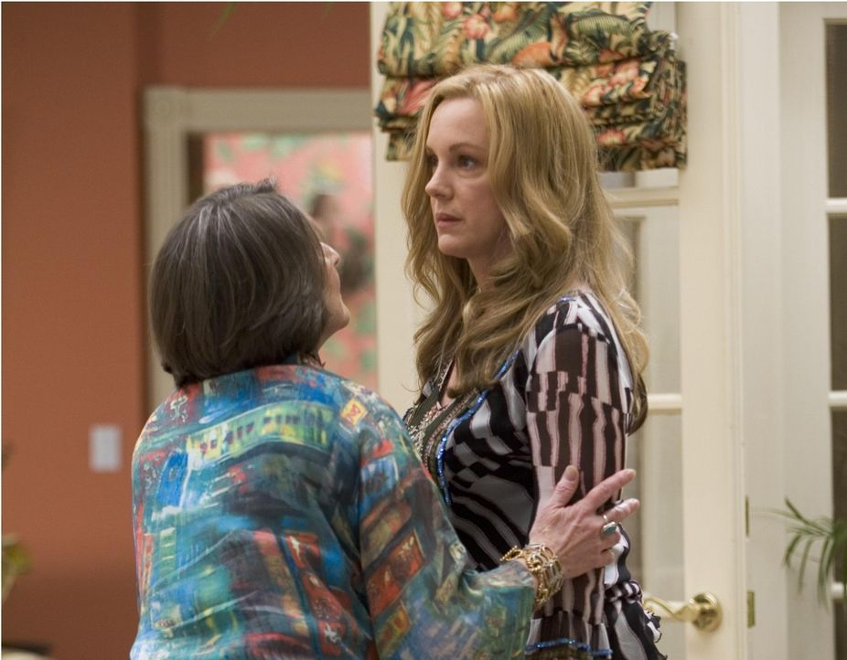 Celia (Elizabeth Perkins, r.) glaubt an die Heilerin Alma (Lorna Raver, l.) ... - Bildquelle: Lions Gate Television