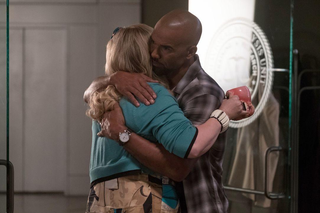 Derek (Shemar Moore, r.) möchte Garcia (Kirsten Vangsness, l.) in der schweren Zeit beistehen. Entfachen da etwa alte Gefühle? - Bildquelle: ABC Studios