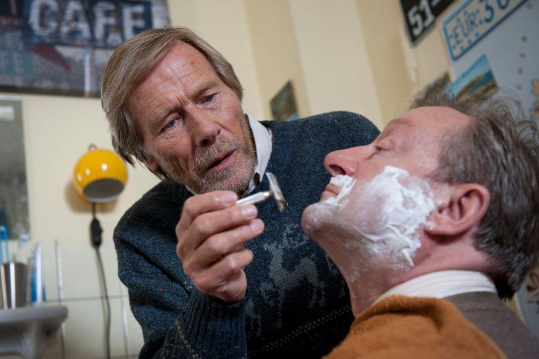 Haben die beiden Rentner den Ex-Fußballer und Ruhrpott-Legende Rudi Moos entführt? Im Gegensatz zu Andreas ist Mick ist von der Unschuld von Hannes... - Bildquelle: Martin Rottenkolber SAT.1