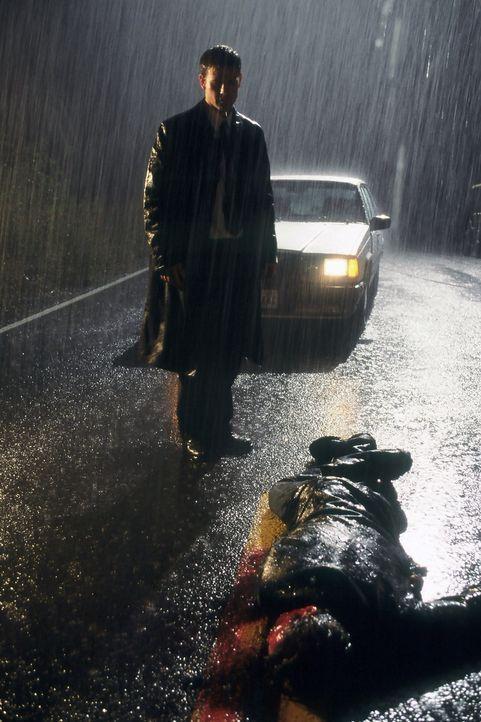 Gerade ist Harrison French (Matthew Davis, stehend) ein Großauftrag durch die Lappen gegangen, da fährt er auf dem Heimweg auch noch einen Mann to... - Bildquelle: Nu Image Films